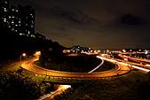 2010-11-19 關渡大橋之夜:IMG_8556.JPG全幅機+17端的廣角=一次入鏡圓環車軌風景 .....還有剩喔 (這就是全幅機免乘以1.6倍的好處啦)