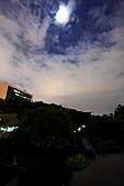 中正紀念堂 夜隨拍 (1024大圖觀賞):IMG_8593.JPG  曝光時間: 2秒 光圈8 高ISO: 2500手持 尬月亮