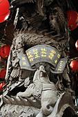 2010-11-30 板橋慈惠宮速拍:IMG_8943.JPG沒錯,這正是商界名人郭台銘先生所捐獻的廟宇龍柱,可見板橋慈惠宮的聲名顯赫