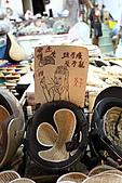 淡水逍遙遊:04.JPG 淡水街上阿伯賣的草蓆安全帽套...很Q的廣告文宣