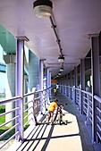 三重幸福水漾公園 + 新北橋 騎車去:0005.JPG 嘿咻...唉呀...還真是有點累呀(不過仔細看..頭頂上有燈[晚上會開]..白天還可以遮陽兼遮雨..太讚了)
