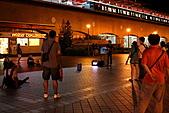 淡水逍遙遊:11.JPG 捷運站旁的街頭藝人與零星的觀眾