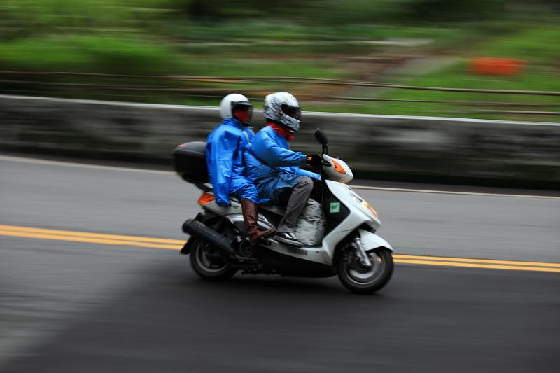 2011-01-17北宜三部曲之追焦篇:追焦10.JPG雨衣也有情侶裝喔..讚