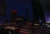 世貿101天橋夜拍 (首次用星跡圖軟體疊圖) +華納2人怪怪組:STAR-101-2.JPG 我的快門線秀斗自動停止..所以這張圖我還沒收快門已經被自動腰斬了..好黑啊