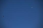 2011-02-06 平溪天燈_菁桐國小篇(天燈冉冉起飛):天燈3.JPG 今晚的小弦月高掛天空..好像細細的一根香蕉喔
