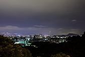 2010-11-12 再訪浪漫細雨中的中和烘爐地(圖已PO完..請慢慢欣賞喔):IMG_8392.JPG 烘爐地的夜景就是讓一堆戀人甘願半夜衝上山啦,遠處可見101與美麗華摩天輪