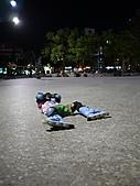 帶著孩子去夜遊:剛剛學不太會溜卻愛逞強的安安..體力不支...終於累翻倒地休息