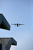 第一次打飛機啊~ 其實是拍飛機啦~!:B-21.JPG 哇咧...再過來一台飛機了... 快呀~來不及衝去戶外去拍啦~!!